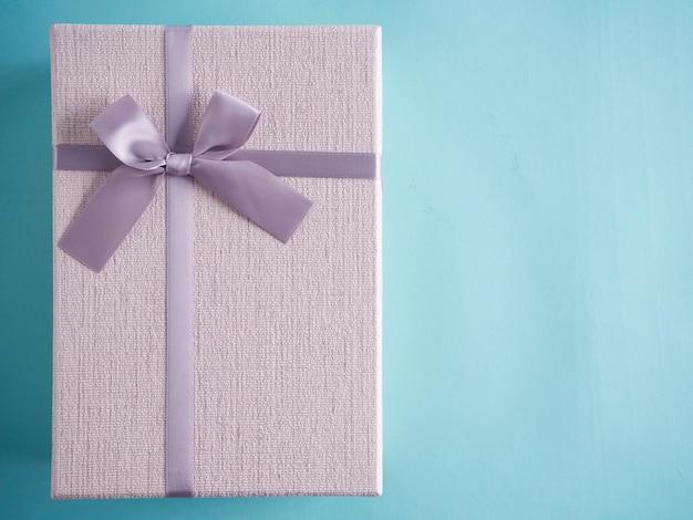 밝은 파란색 테이블에 선물 상자입니다.