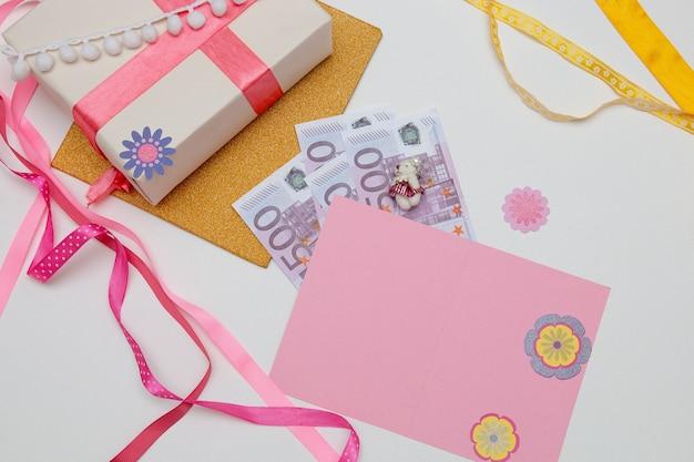 ギフトボックスピンクのグリーティングカードとお金