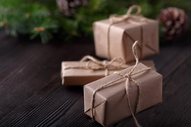 Подарки коричневый с колонной и выпадении строки и сосны листья фон