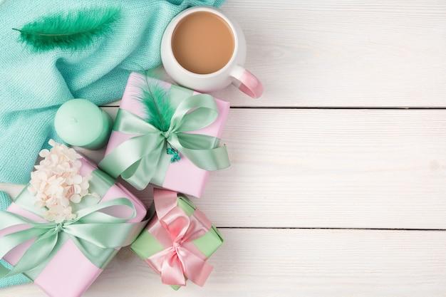 선물, 양 초, 커피 및 흰색 나무 바탕에 스웨터. 복사 할 공간이있는 상위 뷰.