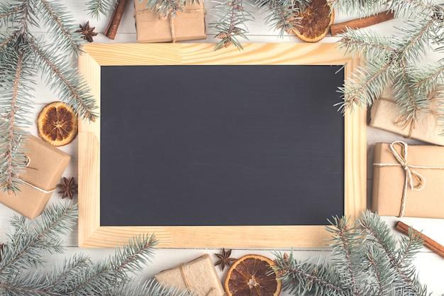 ギフト、黒板、モミの木、白いテーブルの上のスパイス
