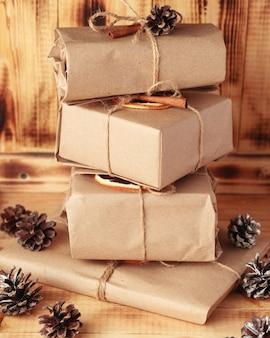 크리스마스와 새해 선물. 장식용 계피와 오렌지로 포장 된 공예 선물.