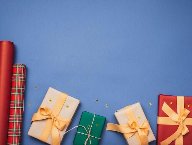 Подарки на рождество на синем фоне и звезды