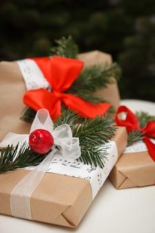 Подарки на рождество или новый год на фоне елки