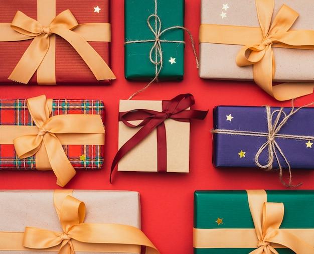 Подарки на рождество с лентой и золотыми звездами