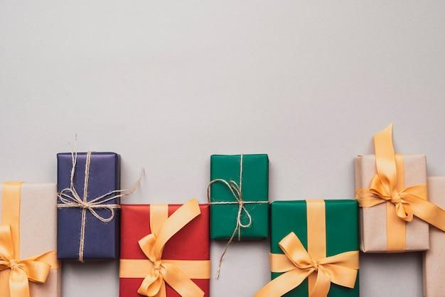 Подарки на рождество с лентой и ниткой