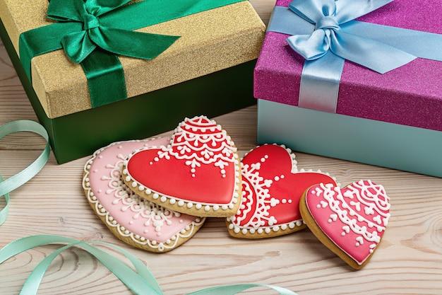 Подарки на день святого валентина в коробках и пряничных сердечках.