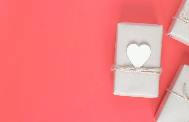 분홍색 배경에 휴가를위한 친환경 공예 포장 선물.