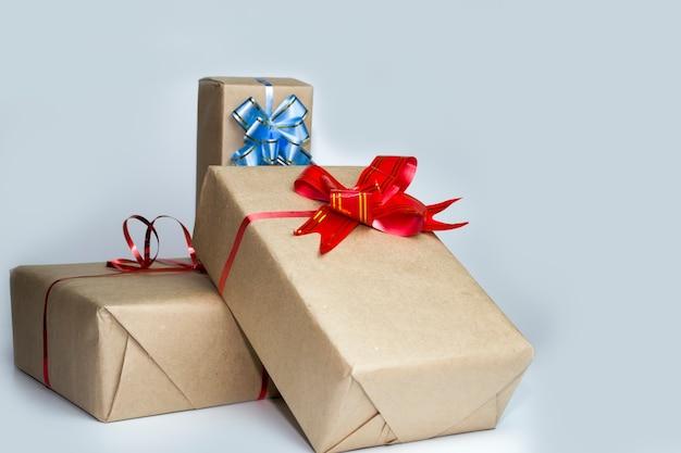Подарки из крафт-бумаги с цветными лентами крупным планом