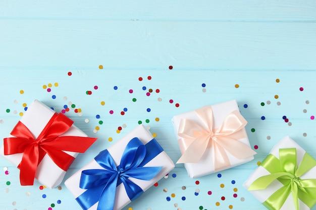 선물 생일을주는 컬러 배경 휴일에 선물
