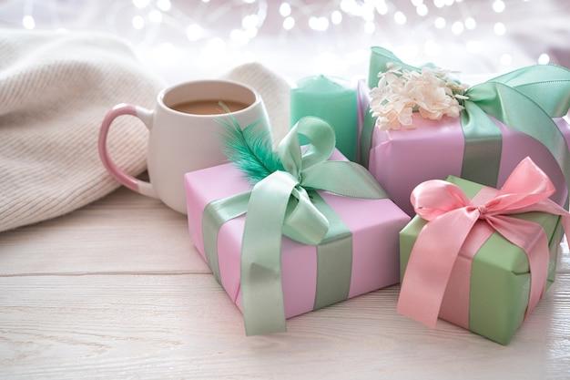 커피와 스웨터와 함께 아늑한 축제 배경에 선물. 복사 할 공간이있는 측면보기.