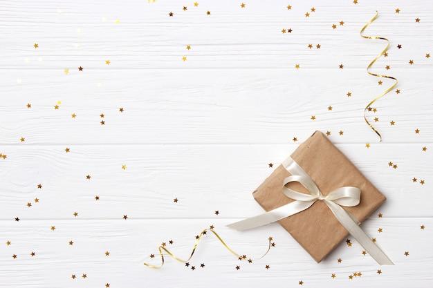 Подарки на светлом фоне, конфетти и ленты. место для текста. праздничный фон. фото высокого качества