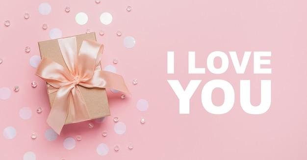 분홍색 배경에 선물, 사랑과 발렌타인 데이 개념 텍스트와 함께 나는 당신을 사랑합니다