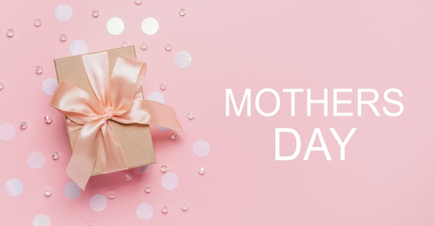 Подарки на розовом фоне, любовь и валентинка с текстом на день матери
