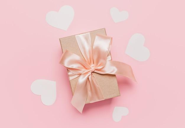 ピンクの背景、愛、バレンタインのコンセプトのギフト