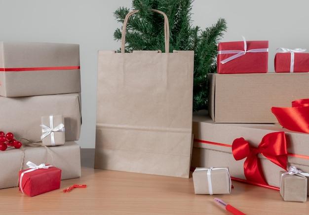 ギフト、ショッピングバッグ、クリスマスツリー、テーブルの上のパッキングボックス、配達のコンセプト。