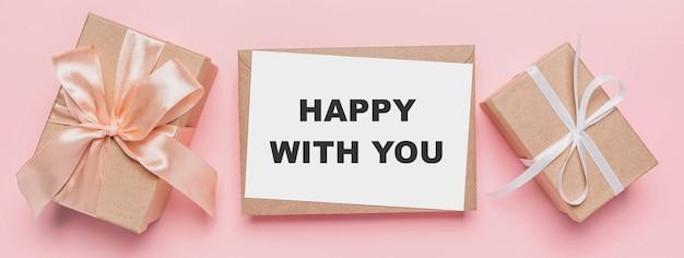孤立したピンクの背景にメモの手紙、あなたに満足しているテキストと愛とバレンタインのコンセプトのギフト