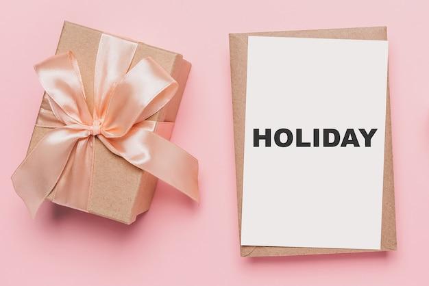 孤立したピンクの背景、愛とテキストの休日のバレンタインの概念にメモ文字のギフト