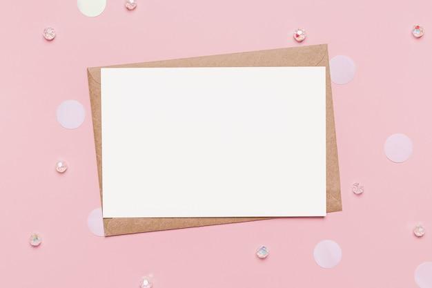 격리 된 분홍색 배경, 사랑과 발렌타인 개념에 메모 편지와 함께 선물