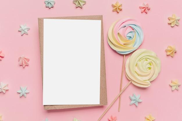 과자, 사랑과 발렌타인 개념 격리 된 분홍색 배경에 메모 편지와 선물