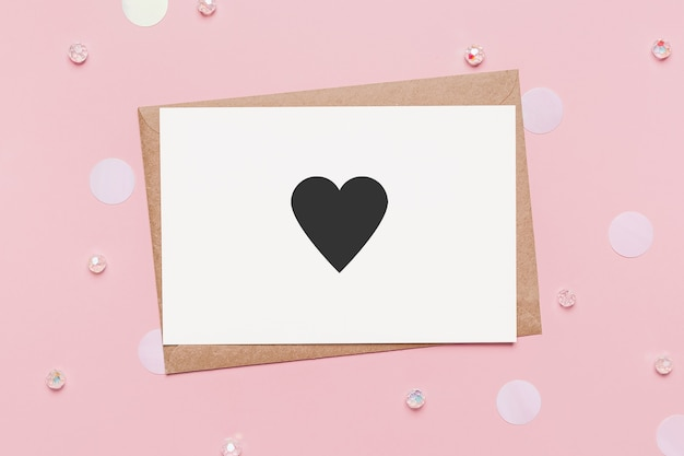 고립 된 분홍색 표면에 메모 편지가 있는 선물, 마음으로 사랑과 발렌타인 개념