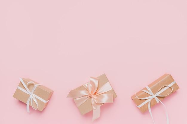 격리 된 분홍색 배경, 사랑과 발렌타인 개념에 wihte 리본으로 선물