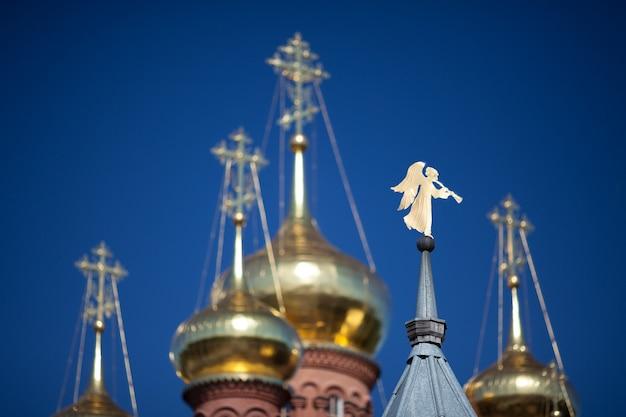 尖塔チェルニゴフスキースキットセルギエフポサドロシアの金色の天使の形をした風見鶏