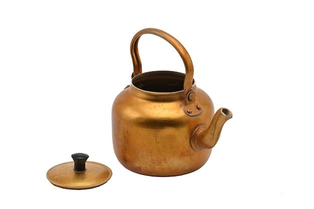 Позолоченный металлический чайник изолированы. золотой чайник