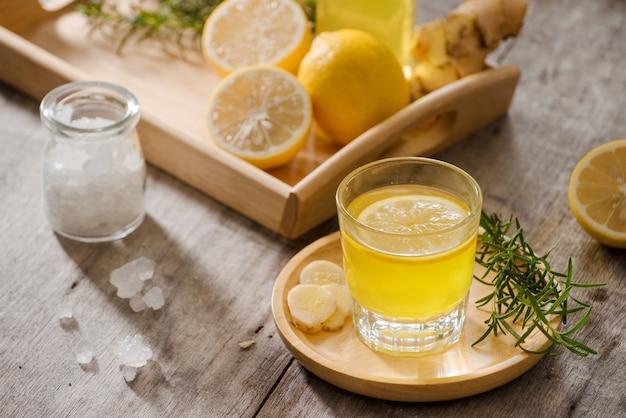 Имбирный эль - домашний лимонно-имбирный органический газированный напиток, копия пространства.