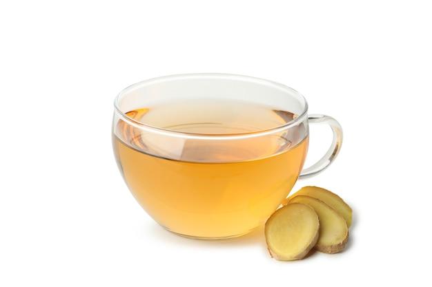白で分離された生姜とお茶のカップ
