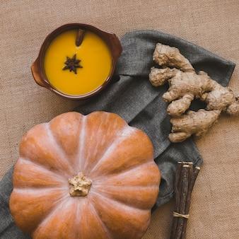 Имбирь и тыква возле супа и палочек