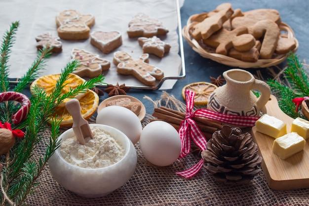 クリスマス用のアクセサリーを使ったジンジャークッキーとその準備のための製品