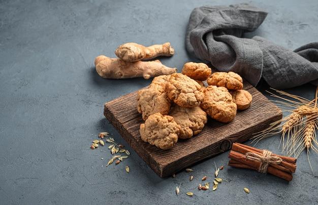 暗い背景に生姜クッキー生姜シナモンと小麦の小穂