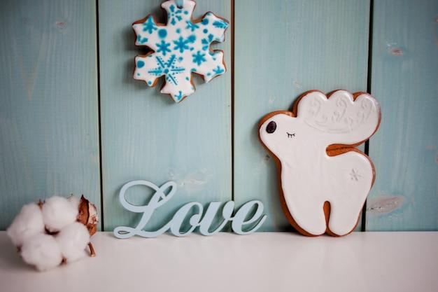 Имбирное печенье-олень. нежный бирюзовый фон с хлопком и надписью love