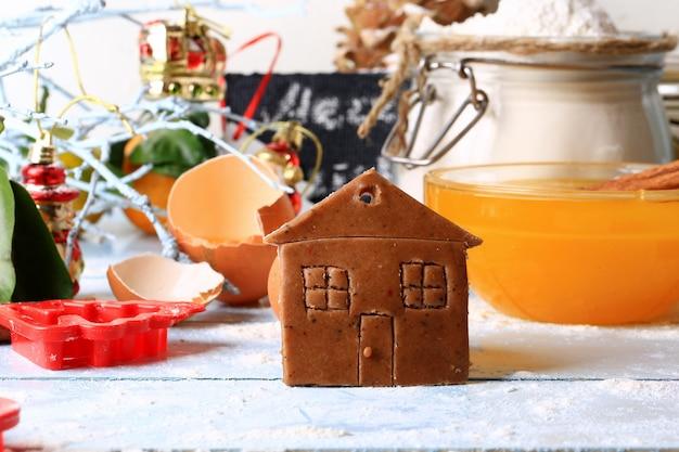 Имбирное печенье домик рождественские домашние торты на светлом деревянном фоне селективный мягкий фокус деревенском стиле