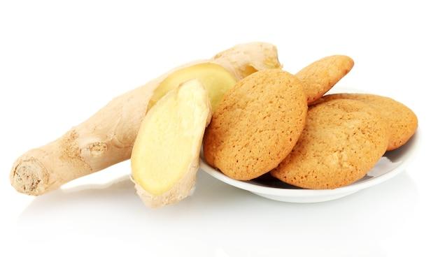 신선한 생강 뿌리가 분리된 생강 쿠키