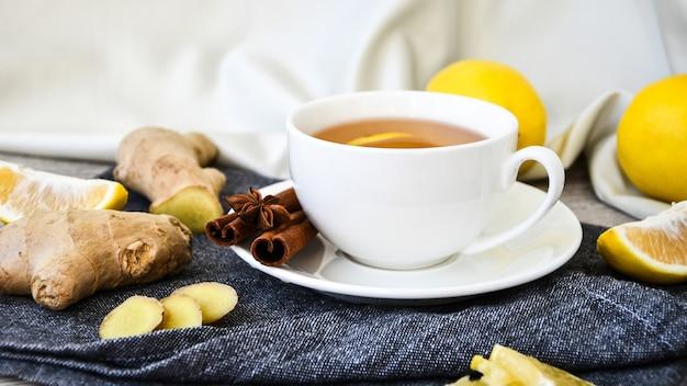 생강 뜨거운 면역 강화 비타민 천연 음료 나무 배경에 소박한 스타일의 감귤류 레몬 계피 아니스와 함께. 카모마일 차. 건강한 개념