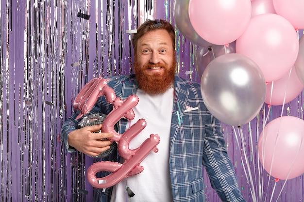 ディスコグローブと風船を持ってパーティーで生姜男
