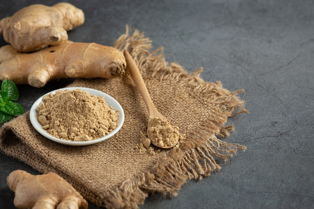 テーブルの上のショウガの根とショウガの粉