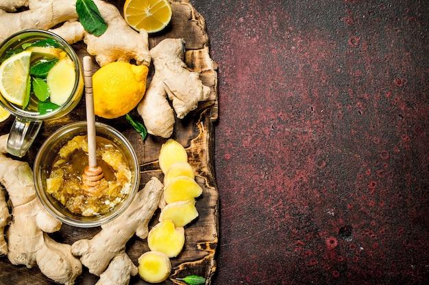 素朴なテーブルに蜂蜜とジンジャーティー。