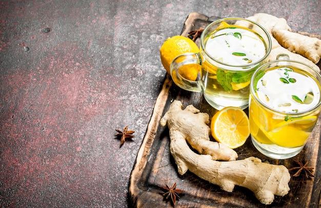 素朴なテーブルにミントと柑橘類のジンジャーティー。