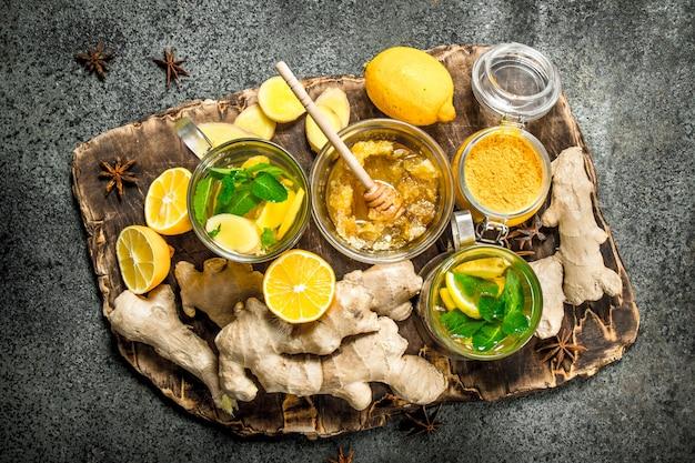 素朴なテーブルの上にミントと蜂蜜とジンジャーティー。