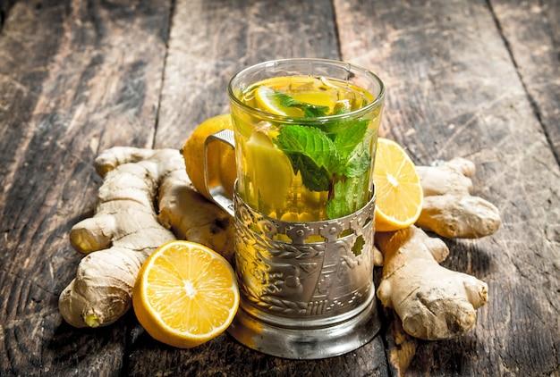 木製のテーブルにミントとレモンのジンジャーティー。