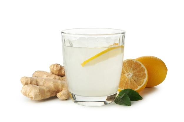 白に分離された生姜水とレモン