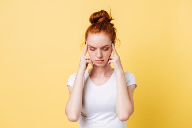 頭の痛みとtシャツの生姜女性