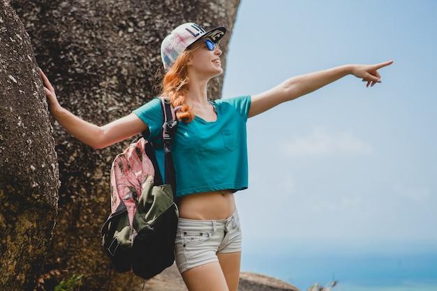 山を旅する生姜の女性、夏休みの観光客