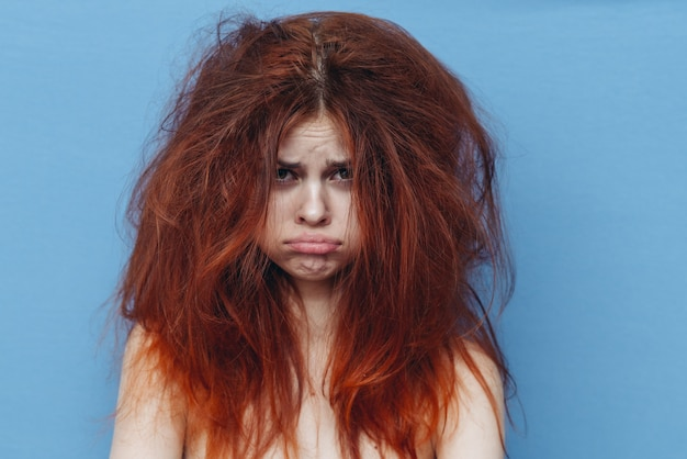 ハネた髪の生姜女性