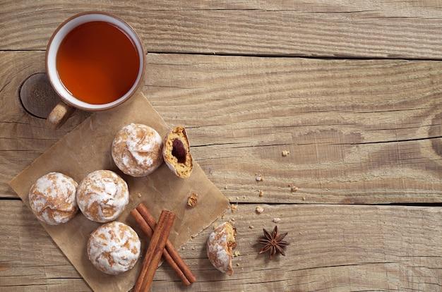 Пряники и чашка чая на старом деревянном столе