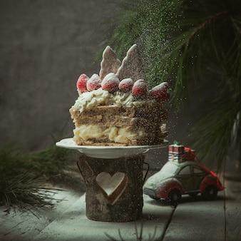 ビスケットとイチゴで飾られたジンジャーブレッドケーキ