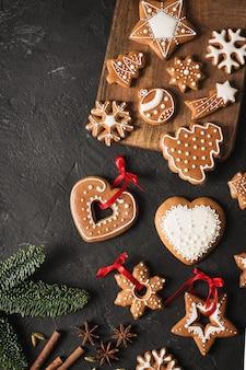 Рождественские пряники и с новым годом печенье фон на черной текстуре, копией пространства, вертикальный